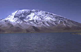 Mustagh Ata and Kar-y-Kul Lake.jpg (48985 bytes)